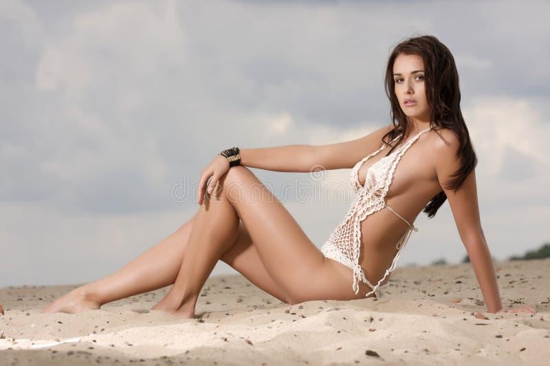 Νέα προκλητική γυναίκα μόδας αρκετά στην παραλία στοκ εικόνες