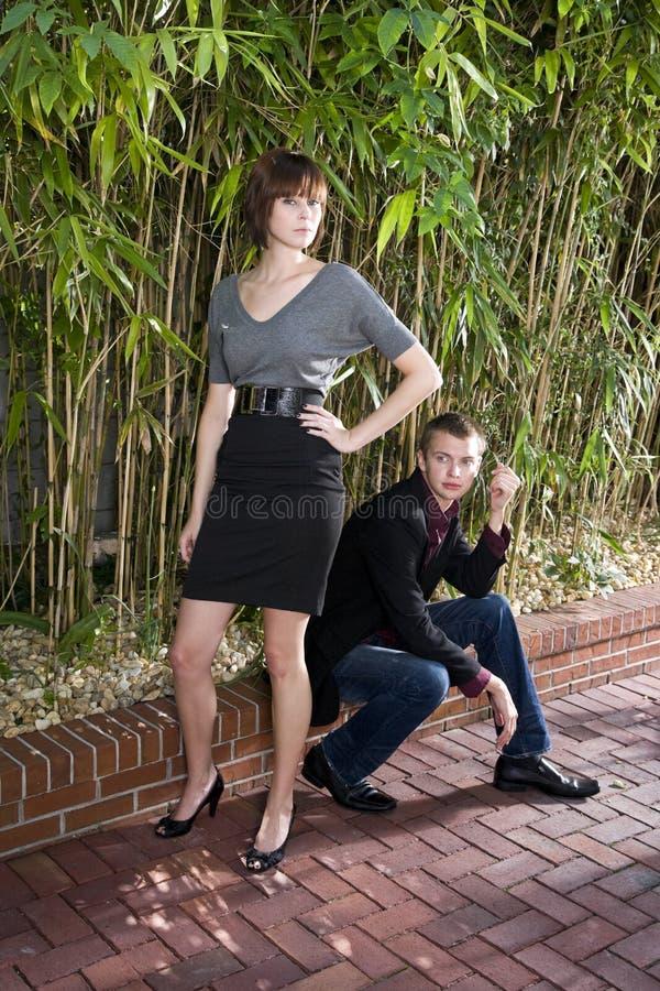 Νέα προκλητική γυναίκα που φλερτάρει με τον άνδρα στοκ φωτογραφία