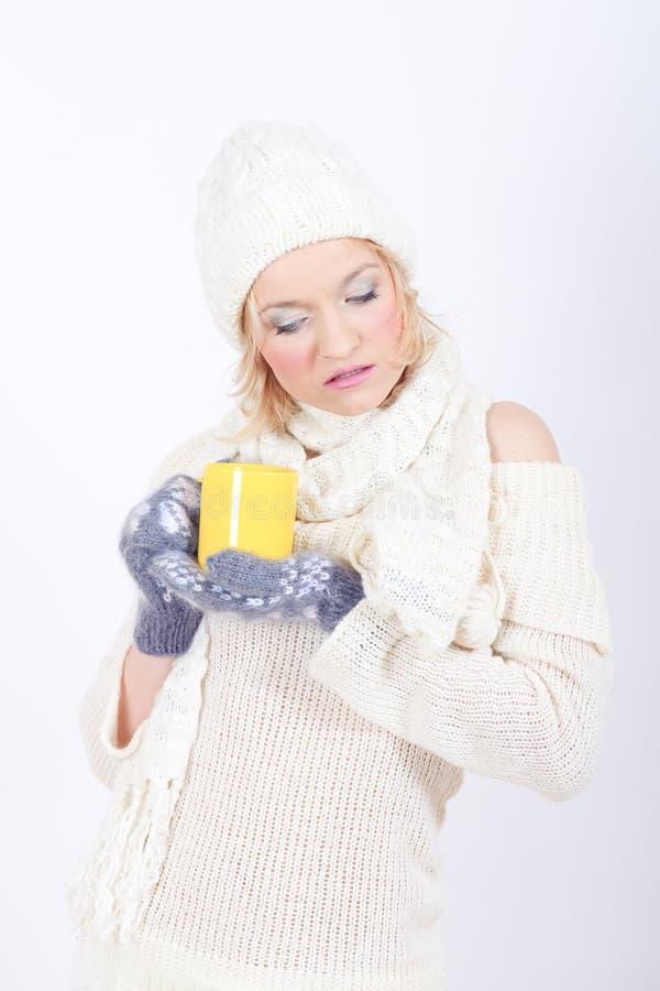 Νέα προκλητική χειμερινή γυναίκα με το φλυτζάνι του τσαγιού στοκ εικόνες