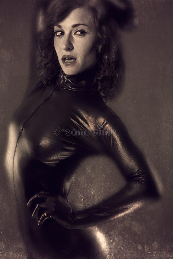 Νέα προκλητική γυναίκα goth στο υπόβαθρο σεπιών στοκ φωτογραφίες