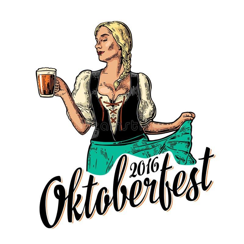 Νέα προκλητική γυναίκα Oktoberfest που φορά ένα παραδοσιακό βαυαρικό φόρεμα dirndl που χορεύει και που κρατά την κούπα μπύρας απεικόνιση αποθεμάτων