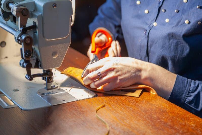 Νέα προσαρμογή γυναικών στη ράβοντας μηχανή στοκ φωτογραφίες