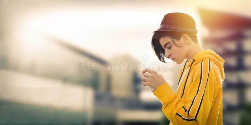 Νέα προσοχή εφήβων μόδας κινητή στοκ φωτογραφίες