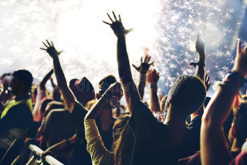 Νέα πυροτεχνήματα έτους και partying άνθρωποι στοκ φωτογραφίες με δικαίωμα ελεύθερης χρήσης