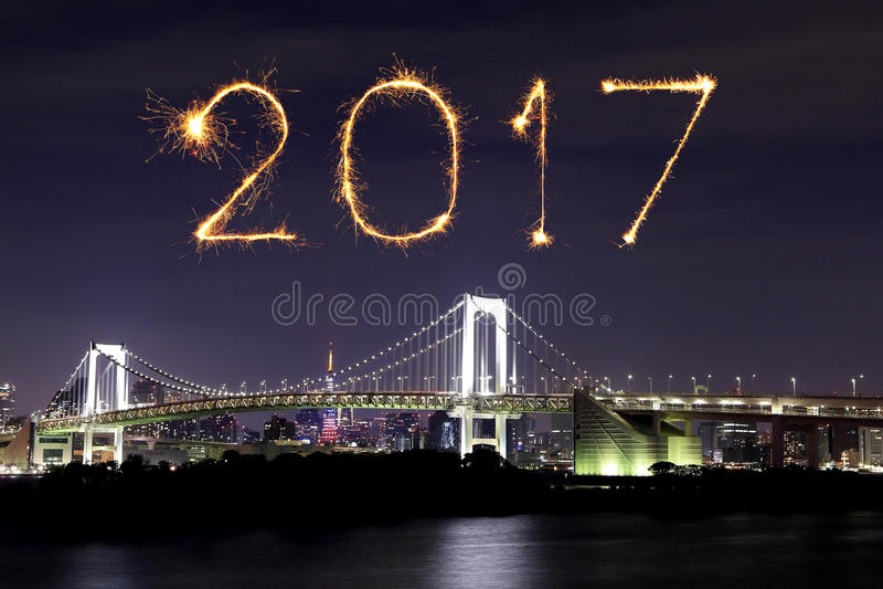2017 νέα πυροτεχνήματα έτους πέρα από τη γέφυρα ουράνιων τόξων του Τόκιο τη νύχτα, Odai στοκ εικόνες