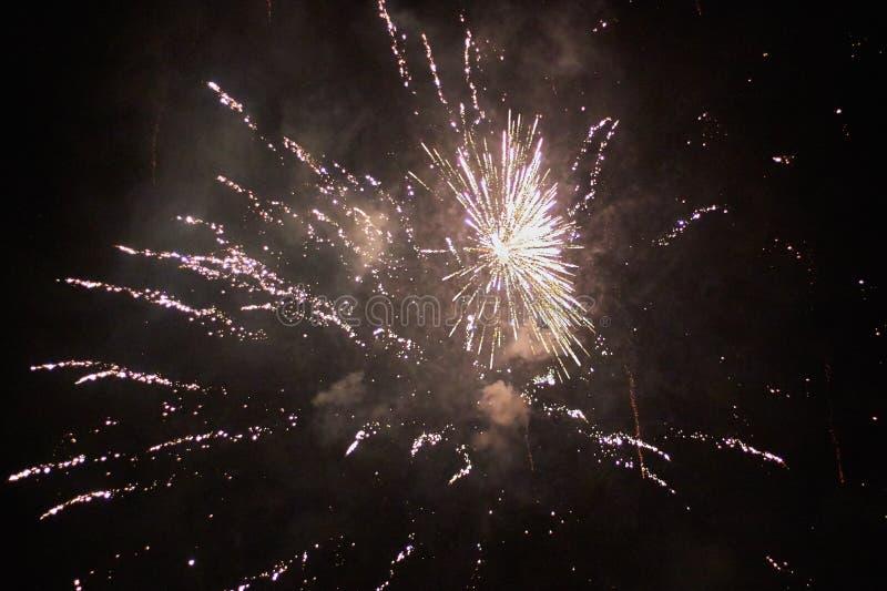 Νέα πυροτεχνήματα παραμονής ετών, διάφοροι πύραυλοι που εκρήγνυνται colourfully με πολλούς σπινθήρες στον όμορφο νυχτερινό ουρανό στοκ εικόνες