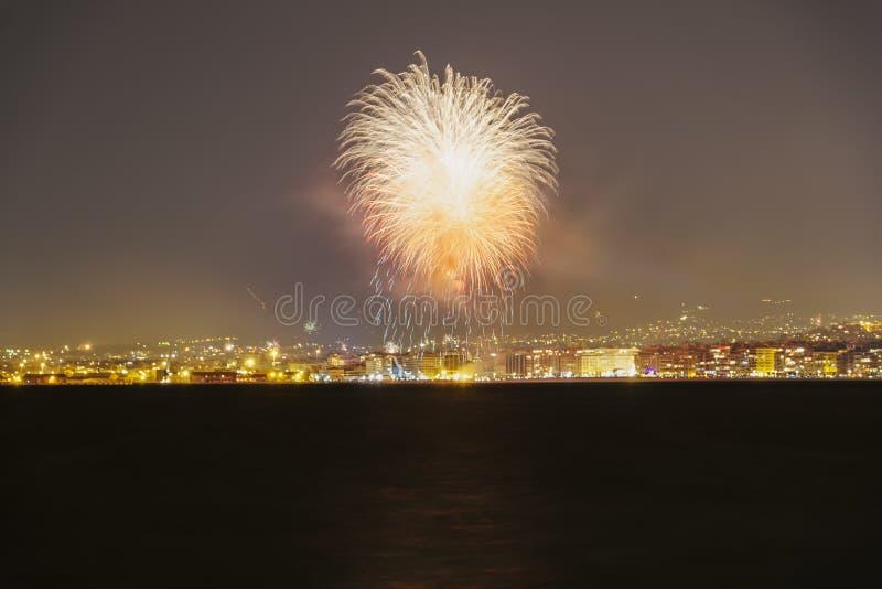 Νέα πυροτεχνήματα παραμονής ετών την 1η Ιανουαρίου 2019 σε Θεσσαλονίκη, Ελλάδα στοκ φωτογραφία με δικαίωμα ελεύθερης χρήσης