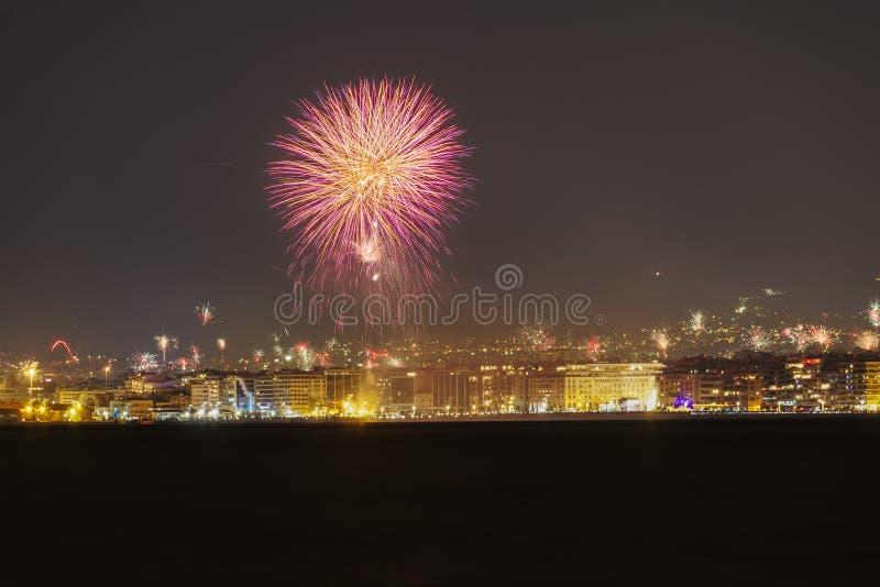 Νέα πυροτεχνήματα παραμονής ετών την 1η Ιανουαρίου 2019 σε Θεσσαλονίκη, Ελλάδα στοκ εικόνες