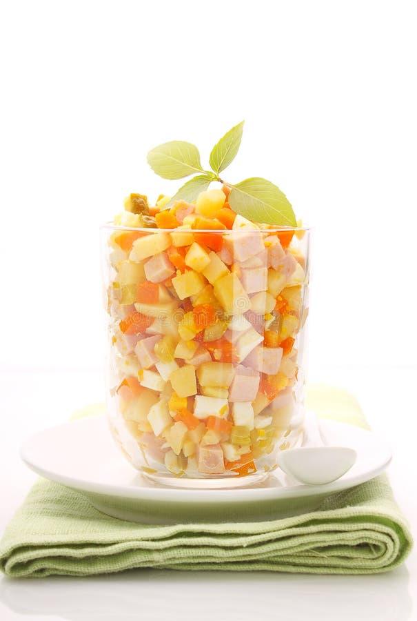 Νέα σαλάτα Olivier έτους των πατατών, των καρότων, των αυγών, των τουρσιών και της μαγιονέζας στοκ φωτογραφία με δικαίωμα ελεύθερης χρήσης