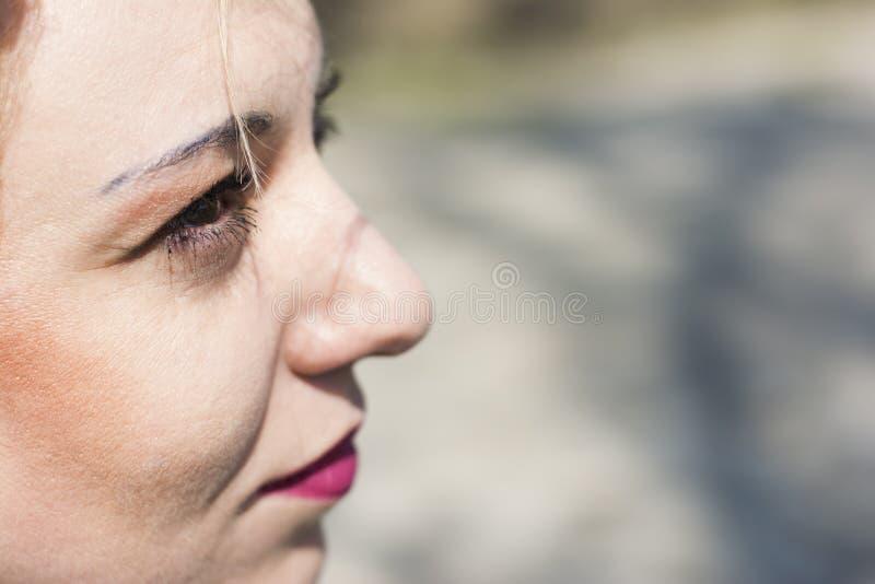 Νέα σγουρή ξανθή γυναίκα σοβαρή στοκ φωτογραφίες με δικαίωμα ελεύθερης χρήσης