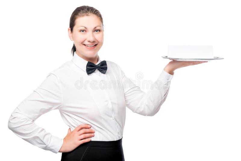 Νέα σερβιτόρα που κρατά έναν δίσκο κενού στοκ εικόνες με δικαίωμα ελεύθερης χρήσης