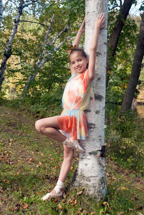 Νέα σημύδα σε ένα κοστούμι ballerina στοκ φωτογραφία με δικαίωμα ελεύθερης χρήσης