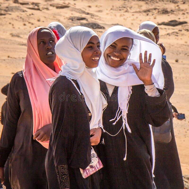 Νέα σουδανέζικα κορίτσια που θέτουν για ένα πορτρέτο στοκ φωτογραφίες