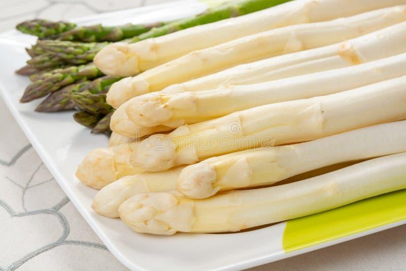Νέα συγκομιδή της άσπρης και πράσινης φυτικής την άνοιξη εποχής σπαραγγιού, πλυμένο σπαράγγι έτοιμο να μαγειρεψει, οι επιλογές γι στοκ εικόνα με δικαίωμα ελεύθερης χρήσης