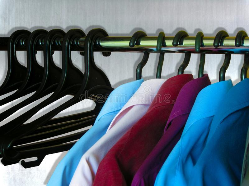 Νέα συλλογή πουκάμισων ατόμων Χρόνος να αλλαχτεί το ύφος στη μόδα Τα πουκάμισα και οι κρεμάστρες είναι στην επίδειξη καταστημάτων στοκ εικόνες