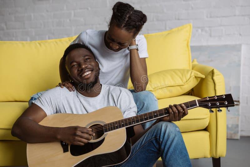 νέα συνεδρίαση γυναικών αφροαμερικάνων στον καναπέ ενώ ευτυχής φίλος στοκ φωτογραφίες με δικαίωμα ελεύθερης χρήσης