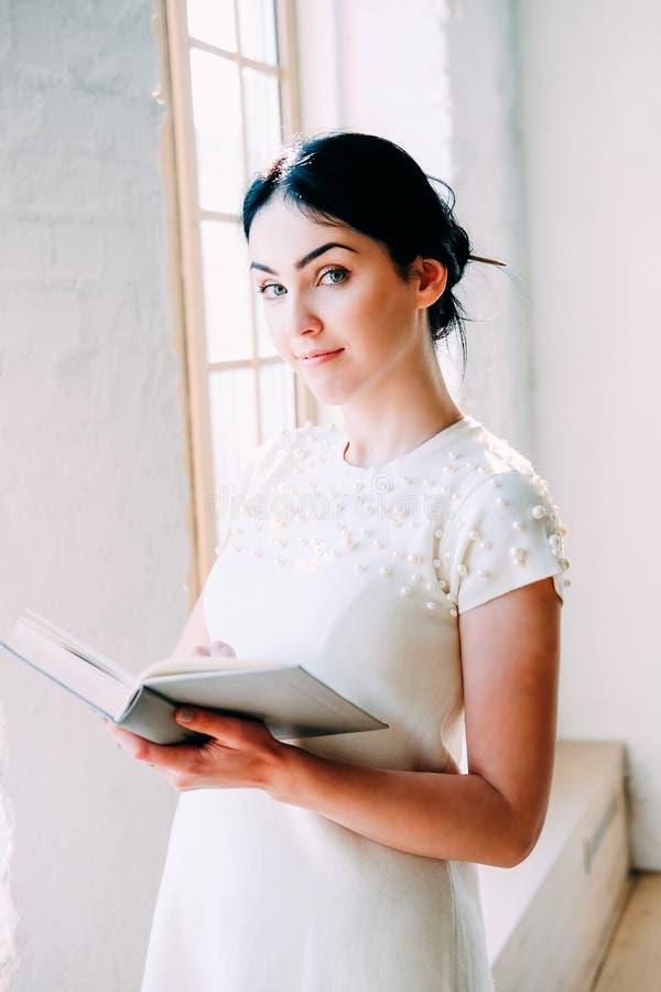 Νέα συνεδρίαση γυναικών σπουδαστών στην κατηγορία που διαβάζει ένα βιβλίο στοκ φωτογραφίες με δικαίωμα ελεύθερης χρήσης