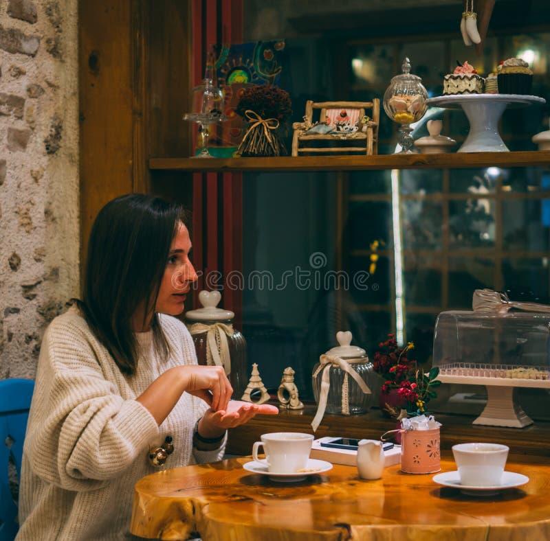Νέα συνεδρίαση γυναικών στην καφετέρια και ομιλία με τη γλώσσα σημαδιών στοκ φωτογραφίες