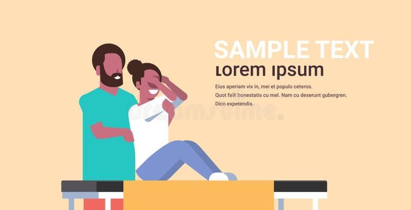 Νέα συνεδρίαση γυναικών στο επιτραπέζιο κορίτσι που έχει τον πίσω μασέρ αφροαμερικάνων μασάζ που τρίβει patient το σαλόνι SPA πολ ελεύθερη απεικόνιση δικαιώματος