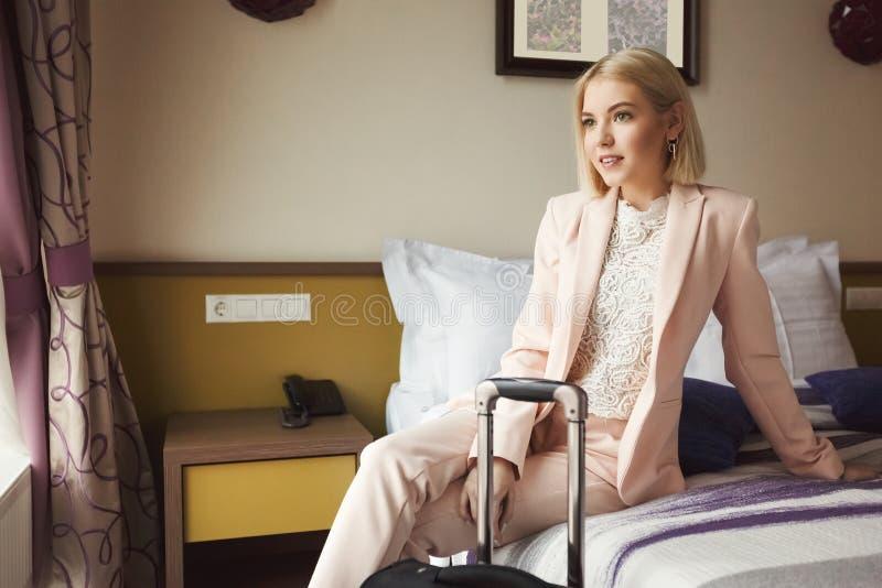 Νέα συνεδρίαση επιχειρησιακών γυναικών στο δωμάτιο ξενοδοχείου στοκ φωτογραφία με δικαίωμα ελεύθερης χρήσης