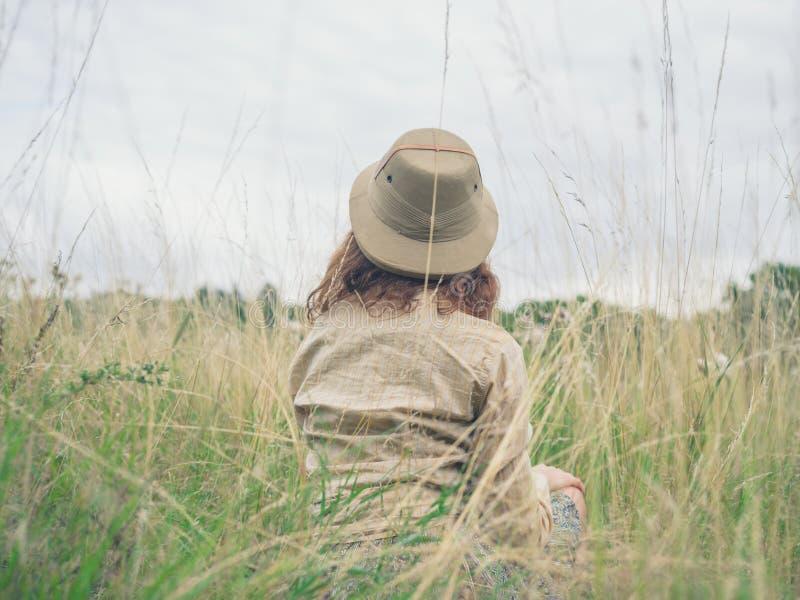 Νέα συνεδρίαση γυναικών στην αγριότητα στοκ φωτογραφίες