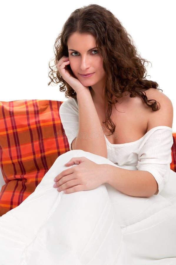 Κάθισμα στο κρεβάτι στοκ εικόνες με δικαίωμα ελεύθερης χρήσης