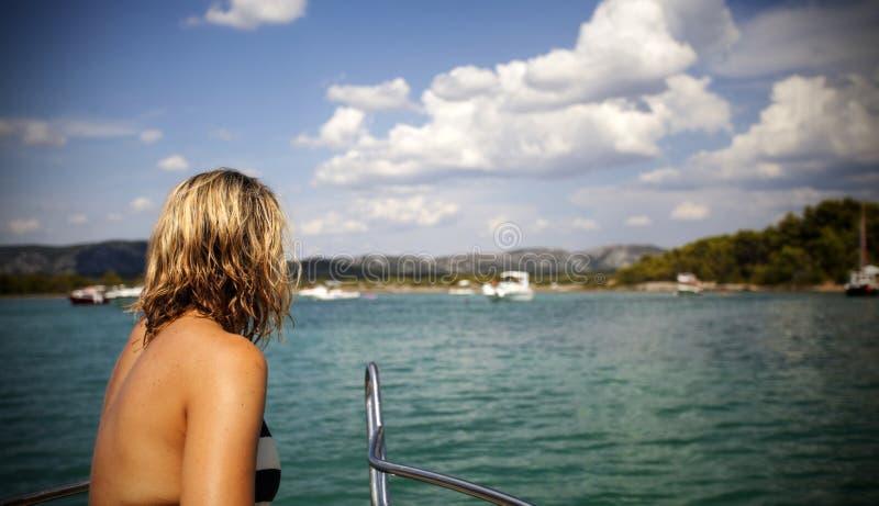 Νέα συνεδρίαση γυναικών στο μέτωπο μιας βάρκας πανιών στοκ εικόνες με δικαίωμα ελεύθερης χρήσης