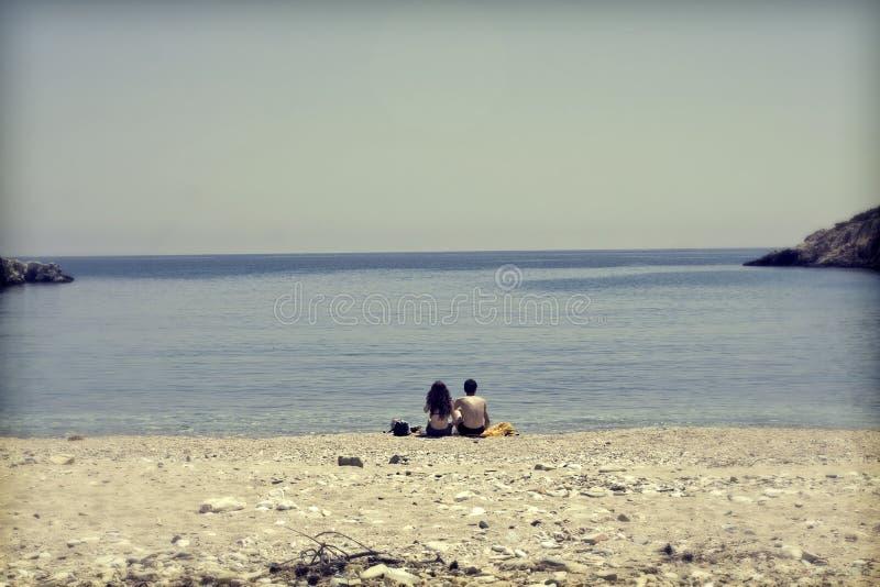 Νέα συνεδρίαση ζευγών στην παραλία και να φανεί εν πλω στοκ φωτογραφίες με δικαίωμα ελεύθερης χρήσης