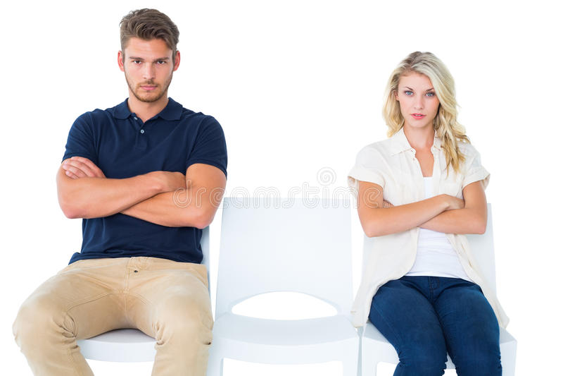 Νέα συνεδρίαση ζευγών στις καρέκλες που δεν μιλούν κατά τη διάρκεια του επιχειρήματος στοκ φωτογραφίες με δικαίωμα ελεύθερης χρήσης