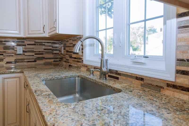 Νέα σύγχρονη λευκή κουζίνα με χτισμένη βρύση με χρώμιο στοκ εικόνες με δικαίωμα ελεύθερης χρήσης