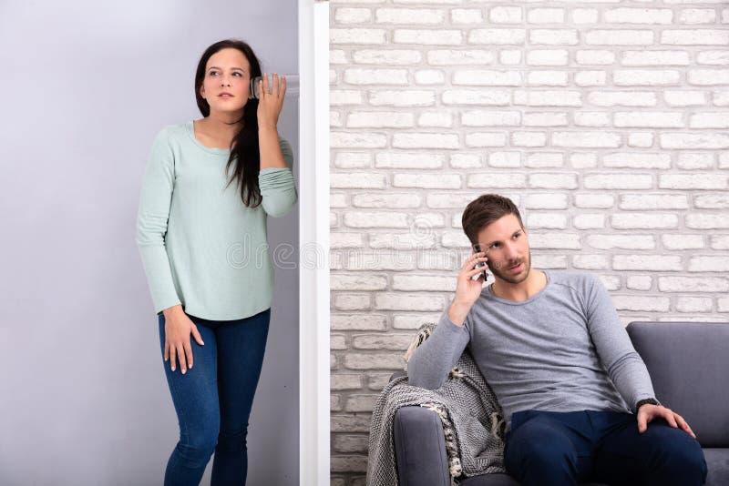 Νέα σύζυγος που ακούει η συνομιλία γειτόνων της στοκ εικόνες
