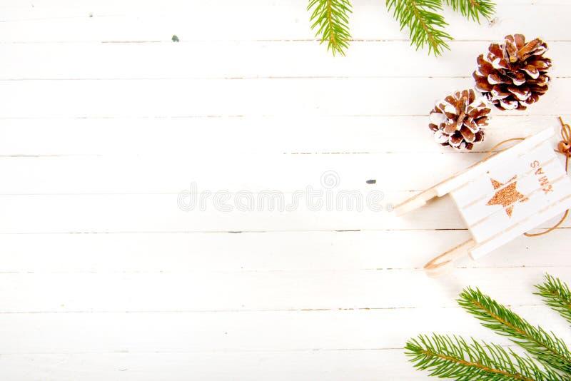 Νέα σύνθεση έτους σε έναν ξύλινο πίνακα αφηρημένο ανασκόπησης Χριστουγέννων σκοτεινό διακοσμήσεων σχεδίου λευκό αστεριών προτύπων στοκ φωτογραφία