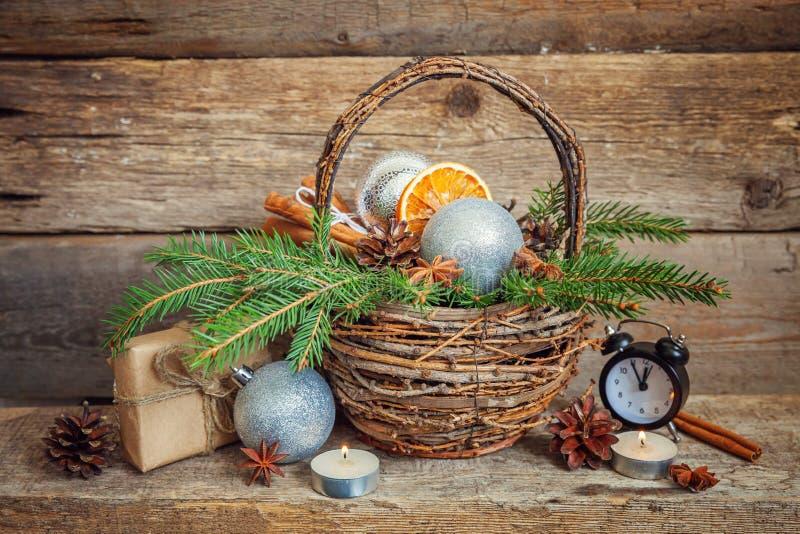 Νέα σύνθεση έτους Χριστουγέννων στο παλαιό shabby αγροτικό ξύλινο υπόβαθρο στοκ φωτογραφίες με δικαίωμα ελεύθερης χρήσης