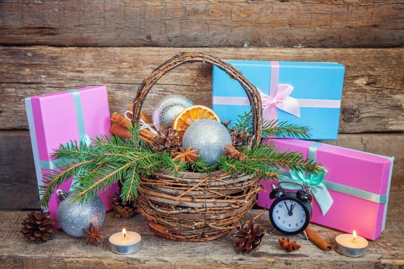 Νέα σύνθεση έτους Χριστουγέννων στο παλαιό shabby αγροτικό ξύλινο υπόβαθρο στοκ εικόνα