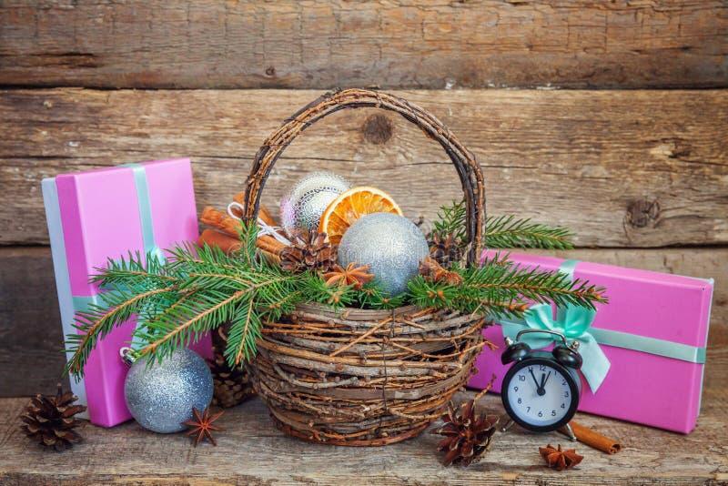 Νέα σύνθεση έτους Χριστουγέννων στο παλαιό shabby αγροτικό ξύλινο υπόβαθρο στοκ φωτογραφία