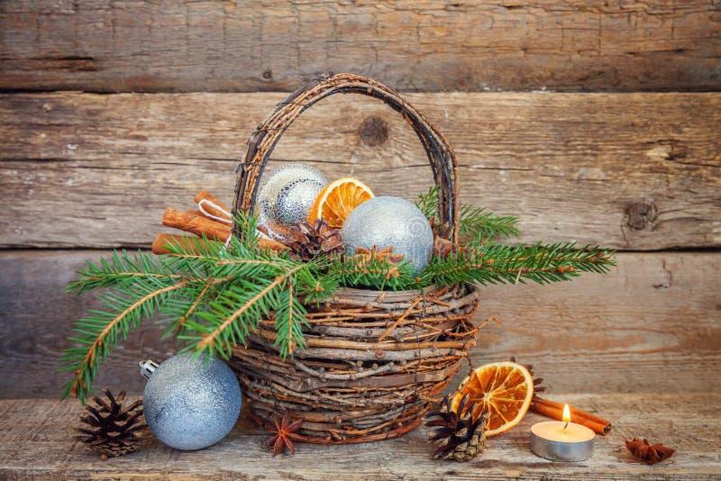 Νέα σύνθεση έτους Χριστουγέννων στο παλαιό shabby αγροτικό ξύλινο υπόβαθρο στοκ φωτογραφία με δικαίωμα ελεύθερης χρήσης