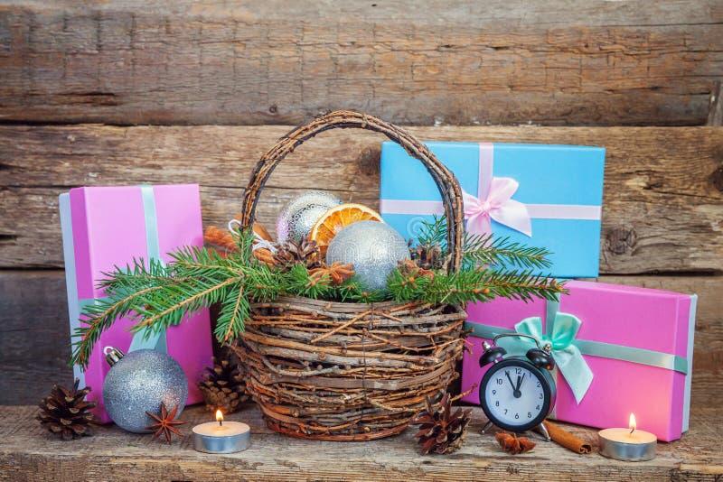 Νέα σύνθεση έτους Χριστουγέννων στο παλαιό shabby αγροτικό ξύλινο υπόβαθρο στοκ εικόνες