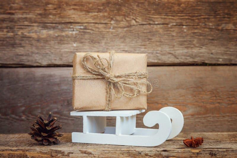 Νέα σύνθεση έτους Χριστουγέννων στο παλαιό shabby αγροτικό ξύλινο υπόβαθρο στοκ φωτογραφίες
