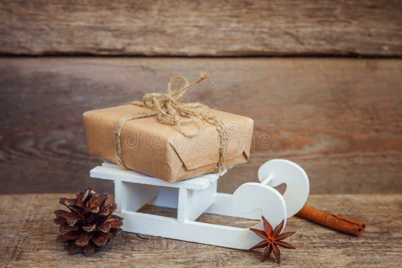 Νέα σύνθεση έτους Χριστουγέννων στο παλαιό shabby αγροτικό ξύλινο υπόβαθρο στοκ εικόνα με δικαίωμα ελεύθερης χρήσης