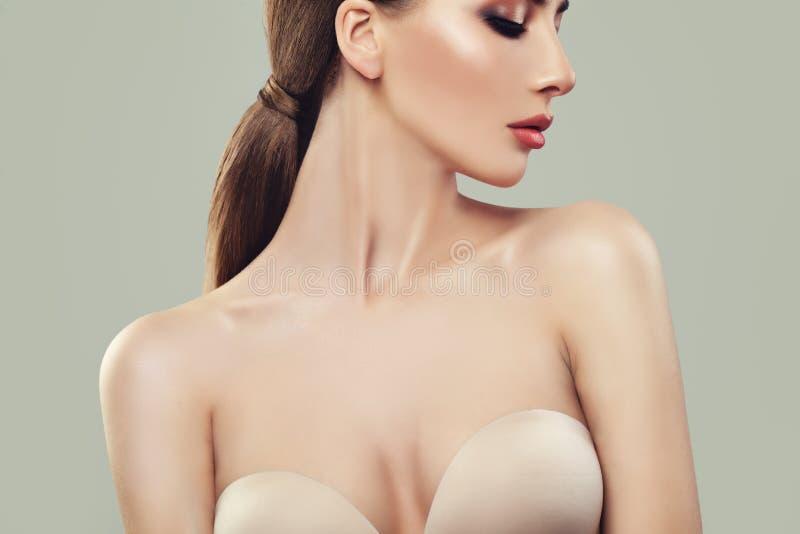 Νέα τέλεια γυναίκα με το υγιές δέρμα στοκ εικόνες με δικαίωμα ελεύθερης χρήσης