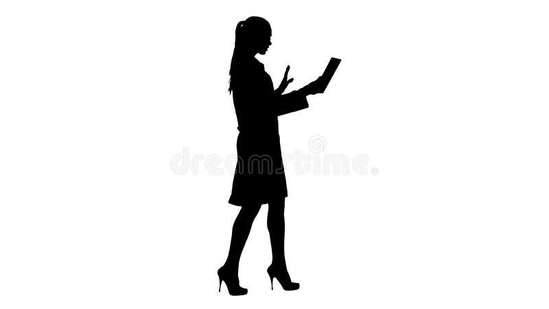 Νέα ταμπλέτα εκμετάλλευσης γιατρών γυναικών σκιαγραφιών στα χέρια της και την παραγωγή της τηλεοπτικής κλήσης απεικόνιση αποθεμάτων