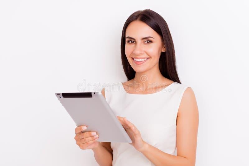 Νέα ταμπλέτα εκμετάλλευσης γυναικών brunette χαμόγελου και δακτυλογράφηση σε το SH στοκ εικόνα με δικαίωμα ελεύθερης χρήσης