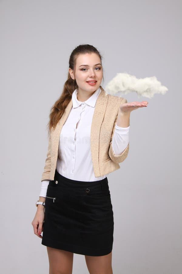 Νέα ταμπλέτα εκμετάλλευσης γυναικών και σύννεφο, έννοια υπολογισμού σύννεφων στοκ φωτογραφία με δικαίωμα ελεύθερης χρήσης