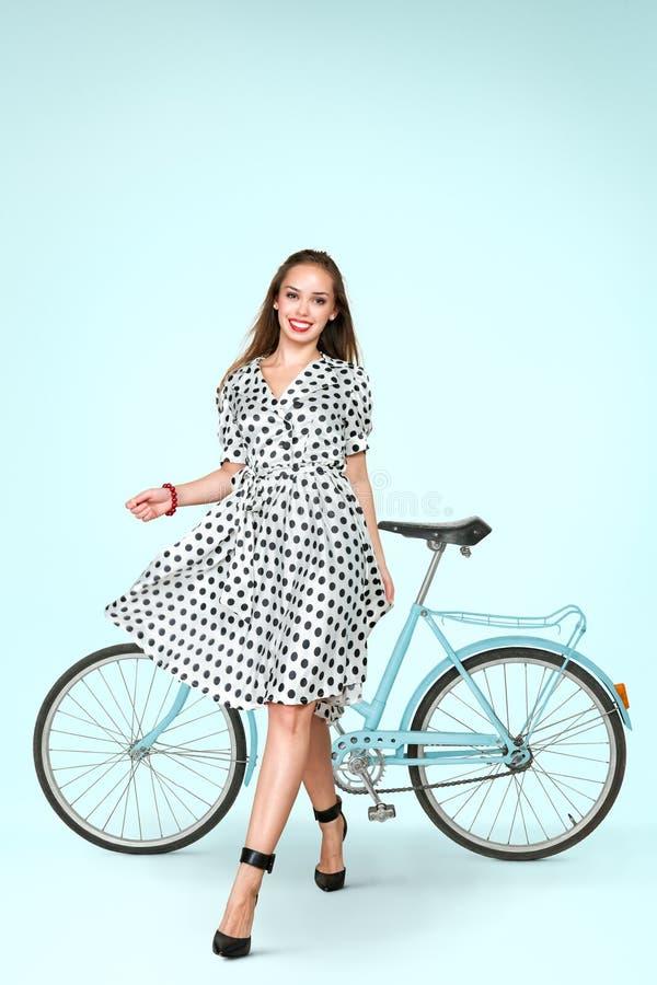 Νέα τοποθέτηση γυναικών με το ποδήλατο στοκ εικόνες