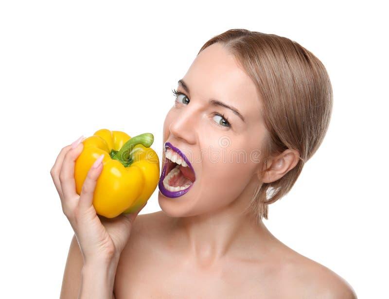 Νέα τοποθέτηση γυναικών το κίτρινο πιπέρι κουδουνιών που απομονώνεται με στοκ φωτογραφία με δικαίωμα ελεύθερης χρήσης