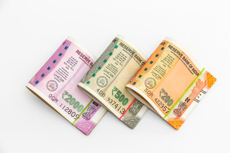 Νέα τραπεζογραμμάτια ρουπίων Ινδού 200, 500 και 2000 στο άσπρο υπόβαθρο απεικόνιση αποθεμάτων