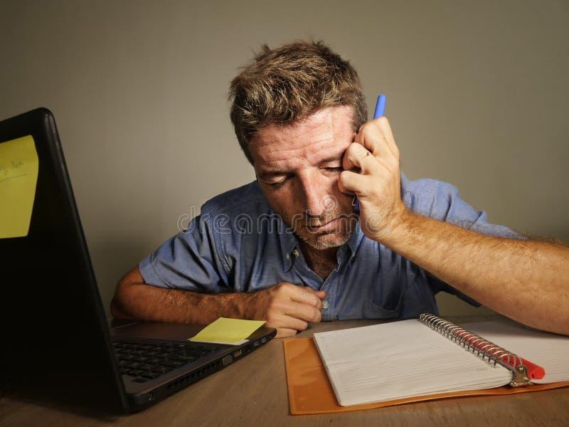 Νέα τρελλή τονισμένη και συντριμμένη εργασία ατόμων ακατάστατη στο γραφείο γραφείων απελπισμένο με το φορητό προσωπικό υπολογιστή στοκ φωτογραφία