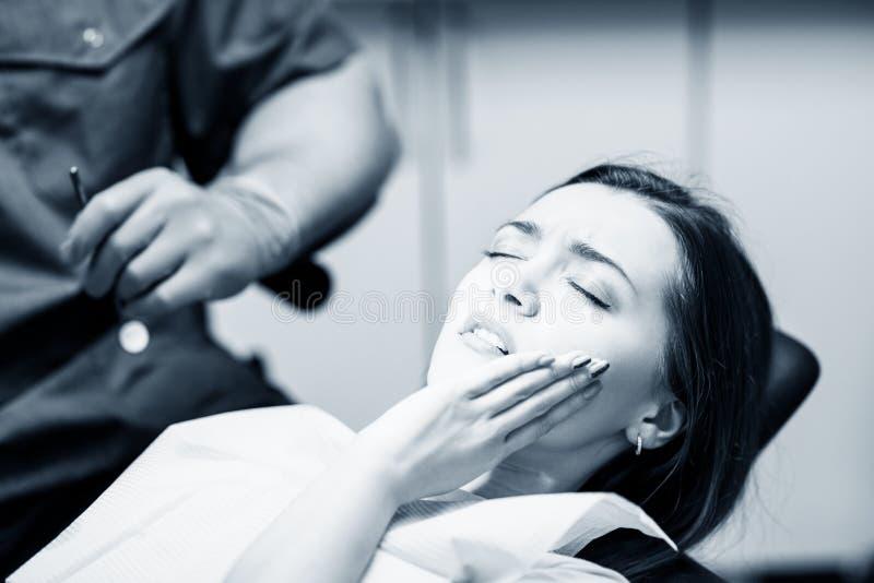 Νέα υπομονετική περιμένοντας θεραπεία γυναικών στην κλινική στοματολογίας στοκ εικόνες