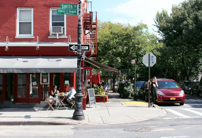 Νέα Υόρκη, Ηνωμένες Πολιτείες 11 Σεπτεμβρίου 2017 Υπαίθριο εστιατόριο στο σταυροδρόμι στο κέντρο του Μπρούκλιν στοκ φωτογραφία με δικαίωμα ελεύθερης χρήσης