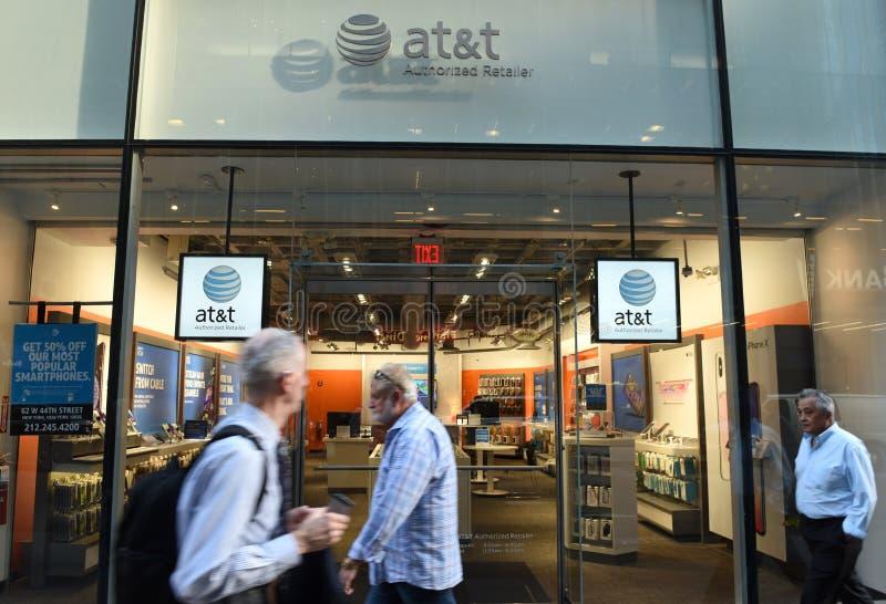 Νέα Υόρκη, ΗΠΑ - 30 Μαΐου 2018: Οι άνθρωποι περνούν κοντά στην είσοδο AT& στοκ εικόνες